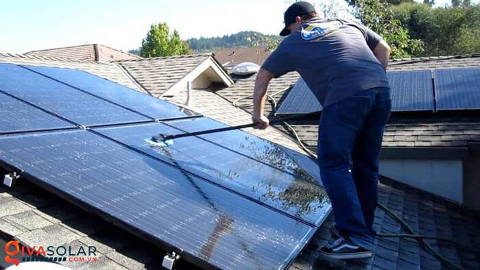 vệ sinh các tấm pin năng lượng mặt trời 1