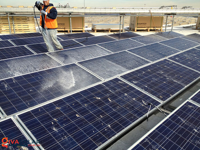 vệ sinh các tấm pin năng lượng mặt trời 3