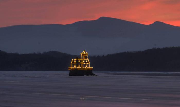 Ứng dụng điện năng lượng mặt trời cho hải đăng Hudson Athens 1