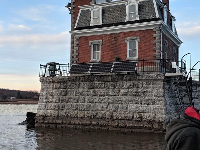 Ứng dụng điện năng lượng mặt trời cho hải đăng Hudson Athens 3