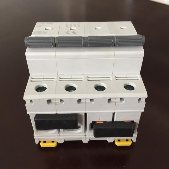 Phụ kiện lắp điện mặt trời CB DC GYM9-4P hãng GEYA 80A 4