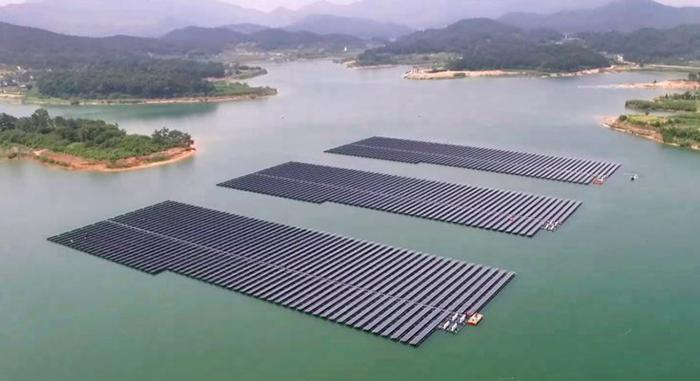 Hệ thống pin mặt trời nổi trên mặt hồ